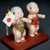 昭和レトロ 日の丸を持つ子供の人形 s-215